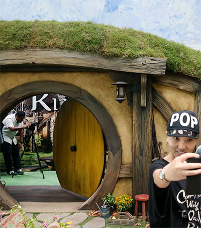 Hobbit Fans in Singapore Gather at Changi's Middle-earth